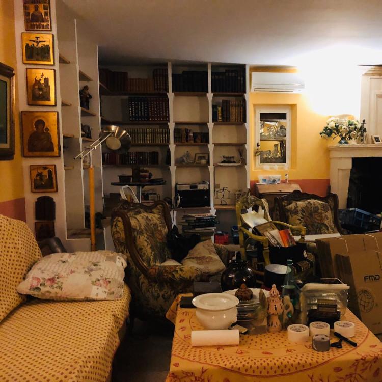 Perpustakaan mini di ruang keluarga