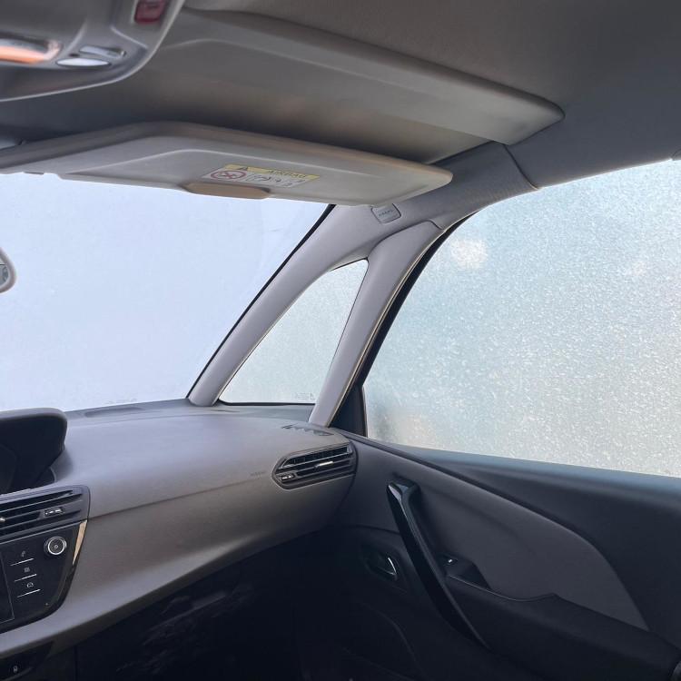 Pemandangan salju dari jendela mobil